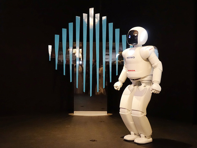 ASIMO Receives Royal Welcome in Dubai